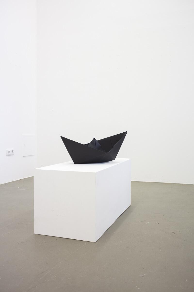 Daniel Angermann – Black boat ob white ground Schwarzes Schiff auf weißem Grund