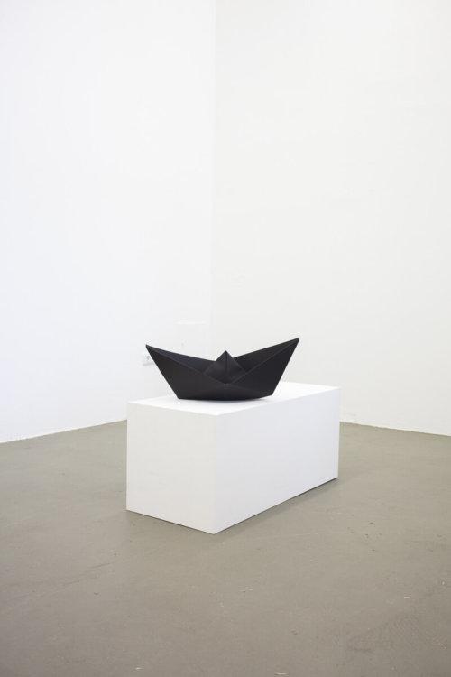 Daniel Angermann – Schwarzes Boot auf weißem Grund
