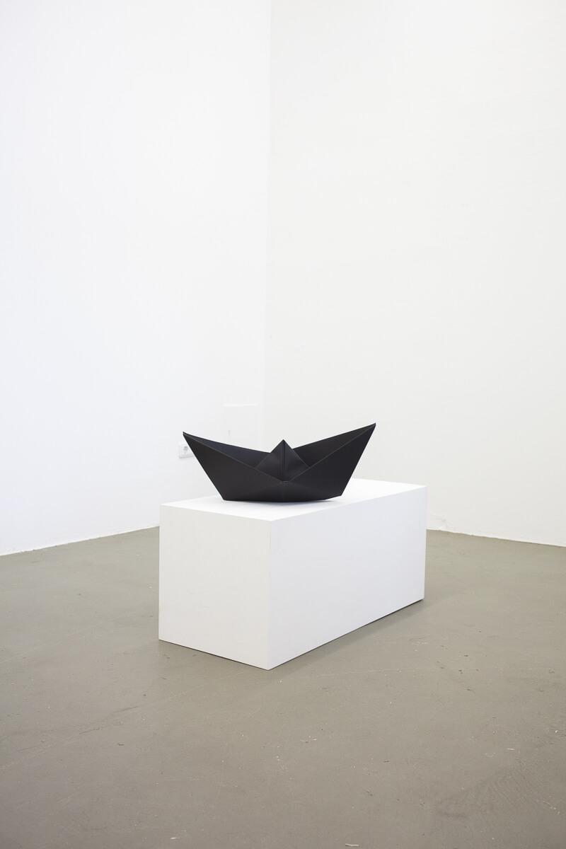 Daniel Angermann – Black boat on white ground Schwarzes Schiff auf weißem Grund